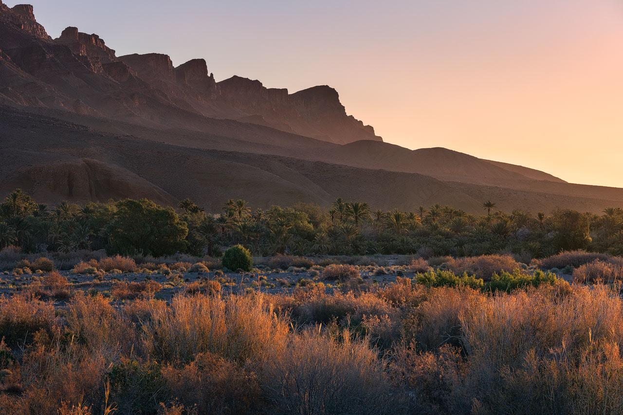 Les montagnes près de l'oasis de Hara au lever du soleil